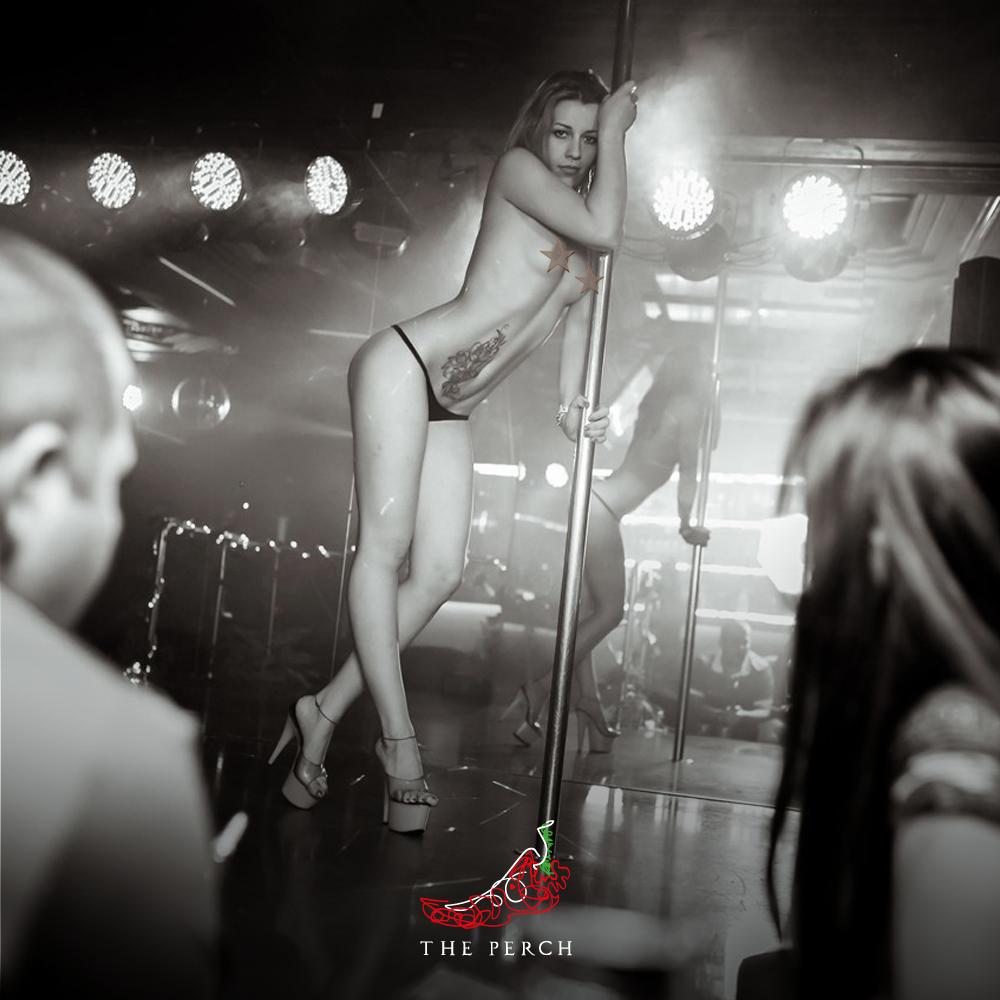 взрослые женщины в стриптиз клубе